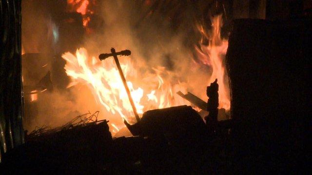 Raktártűz: 40 tűzoltó órákig küzdött
