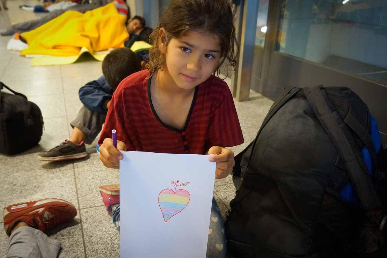 Gyerekrajzokon mutatjuk be, mit élnek át a menekültek