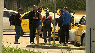 Taxisok szállítják a menekülteket a hotelekbe