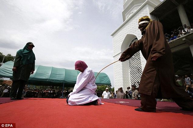 Szokott 11 óra után a párjával bulizni? Indonéziában verés jár ezért!