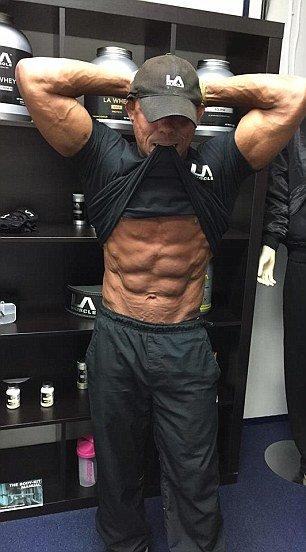 Ez a 62 éves férfi testedzésbe fojtotta bánatát