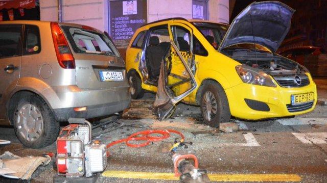 Furgonnal ütközött, és meghalt egy taxis Budapesten
