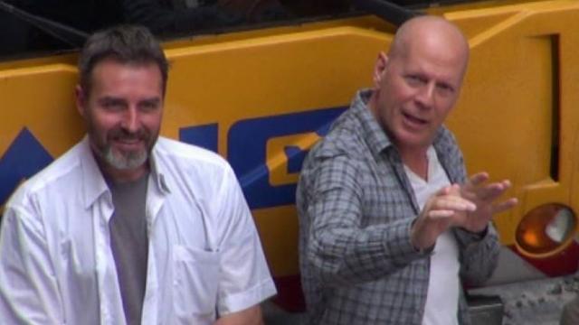 Bruce Willis zsémbes öregemberként morog egy hullámvasúton