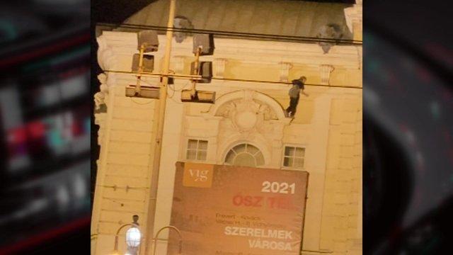 Lezuhant a Vígszínház épületéről egy férfi szombat este